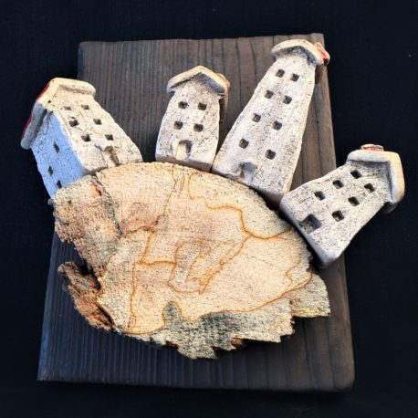 dekoracja wieloelementowa z domkow ceramicznych i drewna