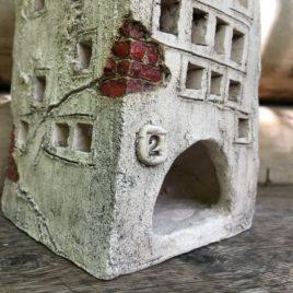 Stary domek ceramiczny na świeczkę Pod Dwójką
